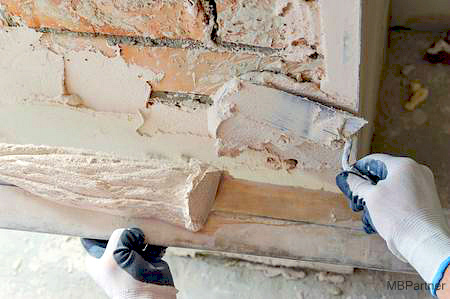 78524992-woderker-is-putting-a-gypsum-plaster-on-a-brick-wall-